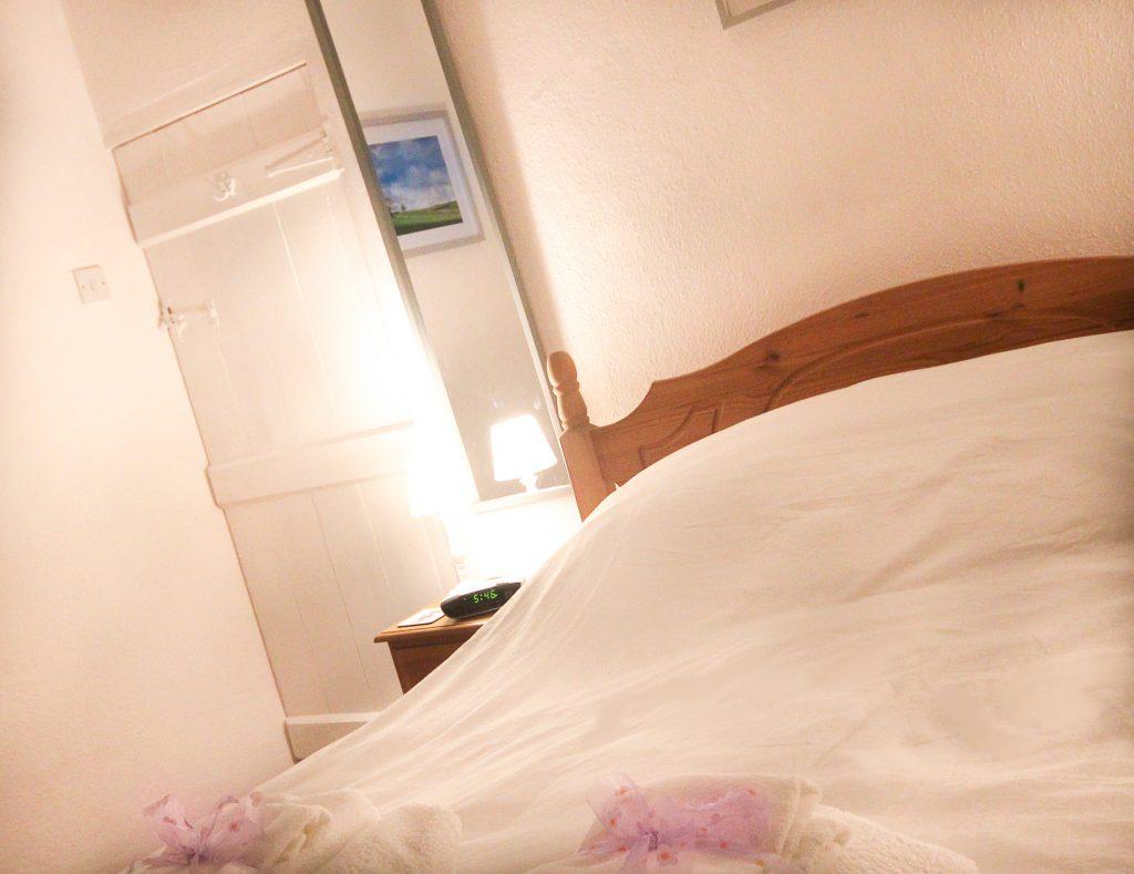 peak district holiday cottage bedroom